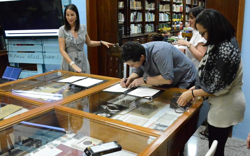 CLAIS Chair Claudia Valeggia, President of the Fundación Antonio Núñez Jiménez Liliana Nuñez Velis, and Professor Reinaldo Funes sign the memorandum of understanding between Yale andthe Foundation. (Photo by Daniel Juarez)