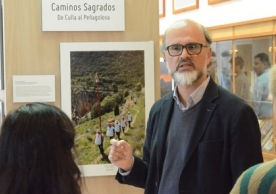 Professor Pablo Vidal-González discussing the photographic project with attendees.
